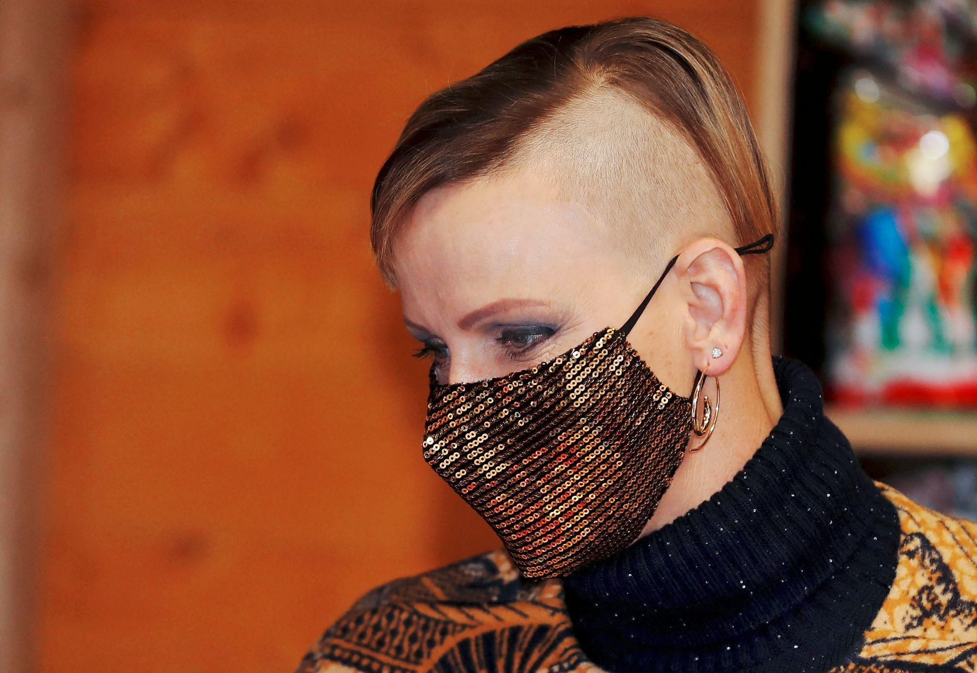 Charlene kuvattiin uudessa huomiota herättävässä hiustyylissään joulukuussa 2020. © Eric Gaillard / AFP / MVPhotos