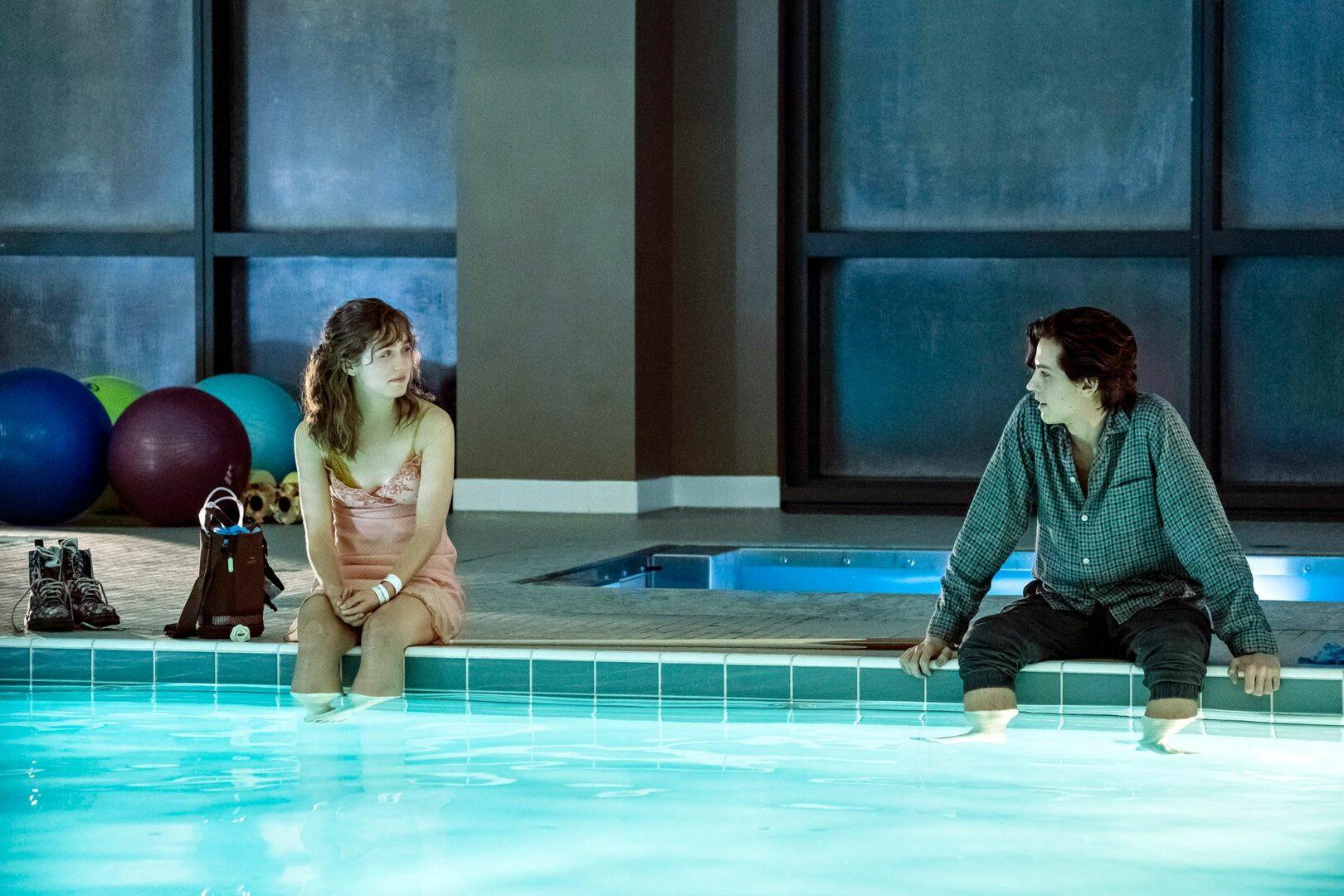 Haley Lu Richardson ja Cole Sprouse näyttelevät nuoria ja rakastuneita sairaalapotilaita.  © TV5