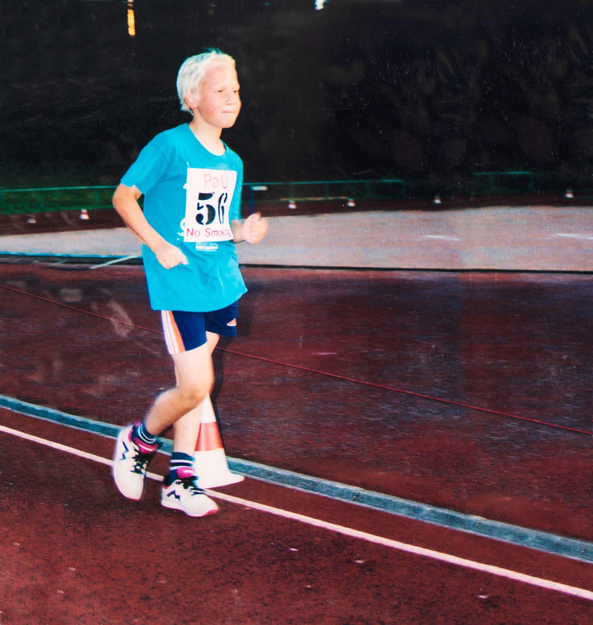 Aku Partasen kävelyura käynnistyi vuonna 1998, jolloin hän osallistui 600 metrin kävelyyn piirinmestaruuskisoissa. Tuloksena oli voitto piirinennätysajalla. © Aku Partasen kotialbumi