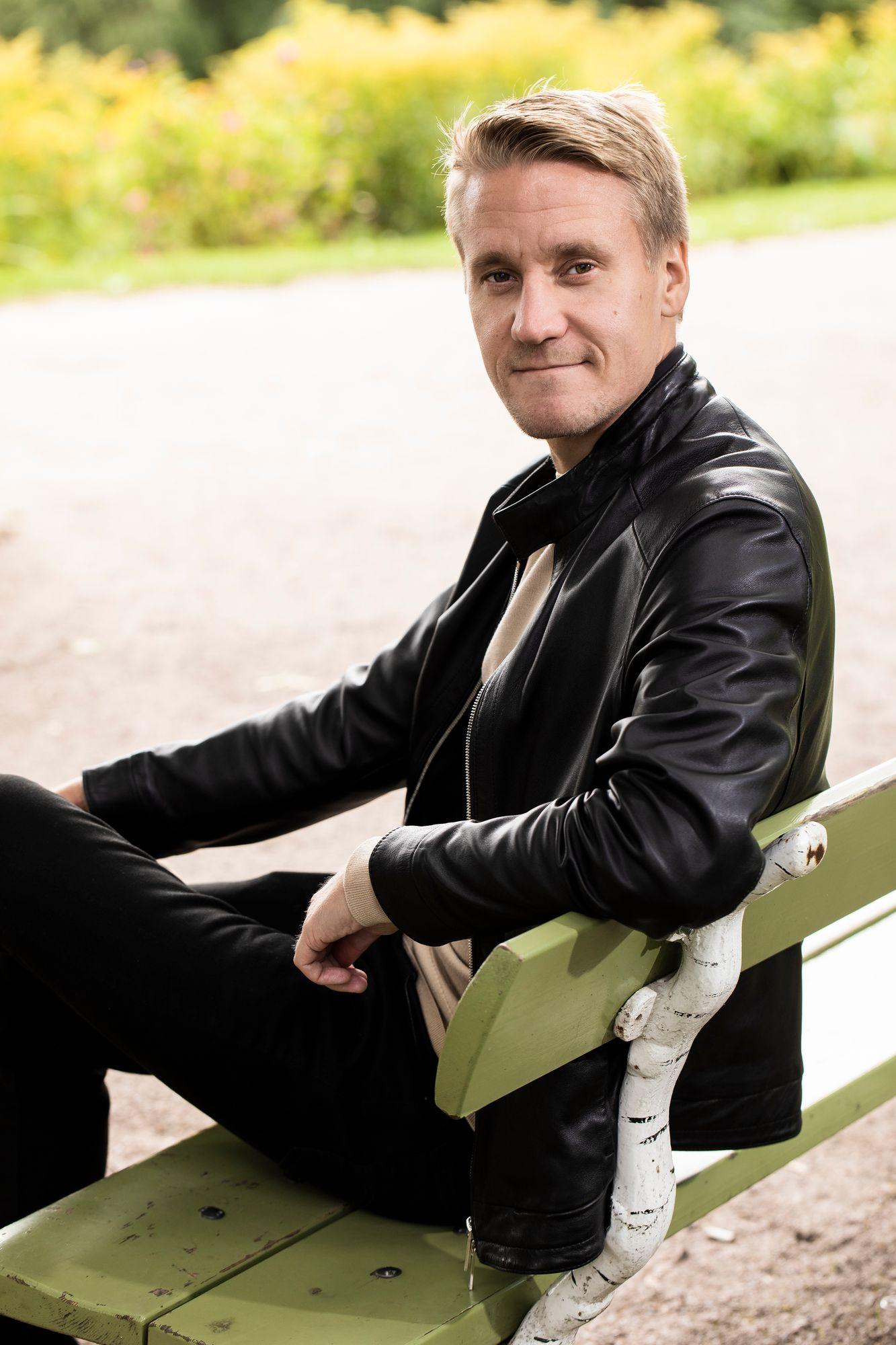 """""""Syy sairastumiseen oli se, etten puhunut asioistani; olin hautonut niitä sisälläni. Kun vastoinkäymisiä tuli useita putkeen, selkäranka katkesi."""" © Jonne Räsänen"""