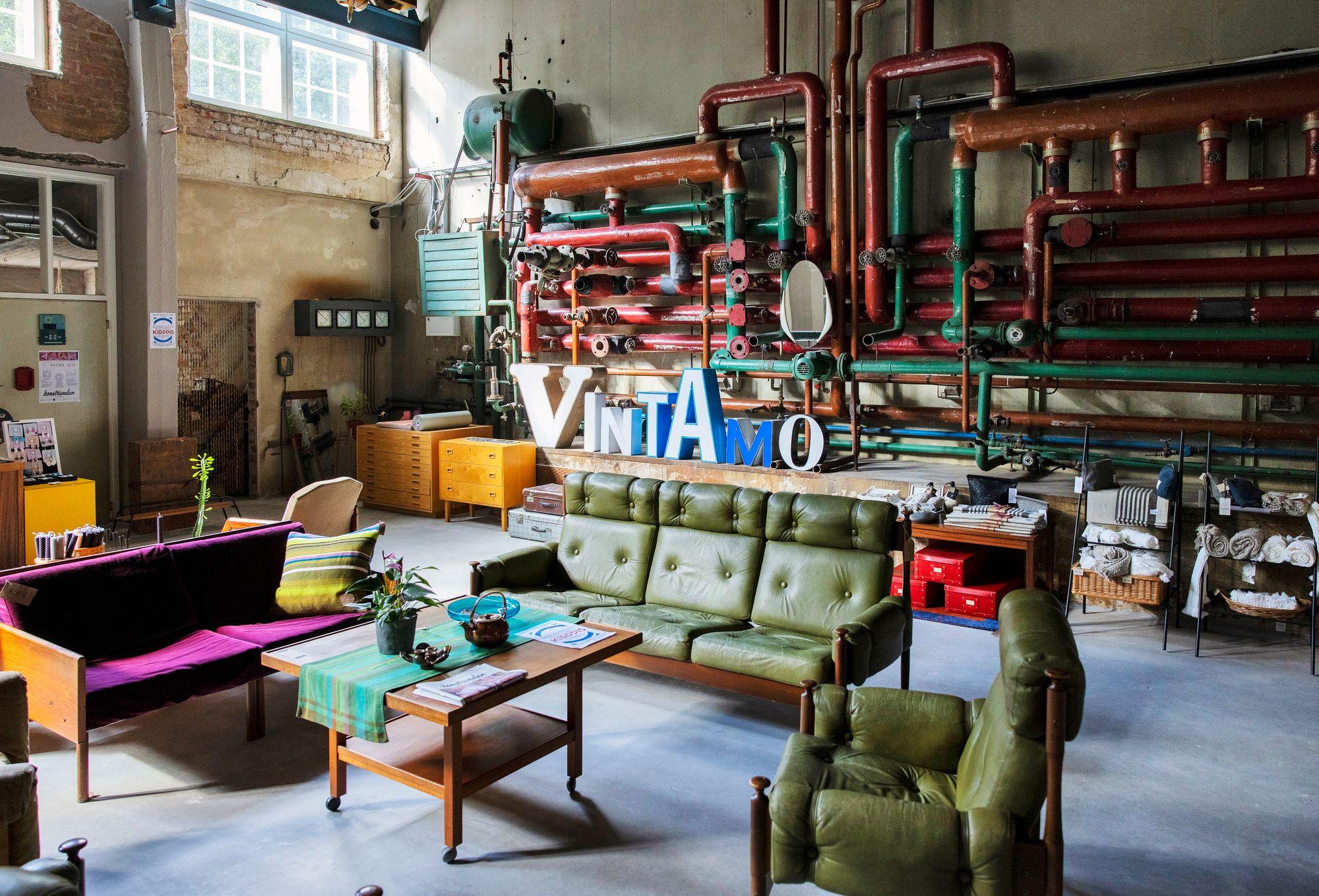 Karkkilan tehdasalueella toimii samassa rakennuksessa myös vintageliike. © Tommi Tuomi