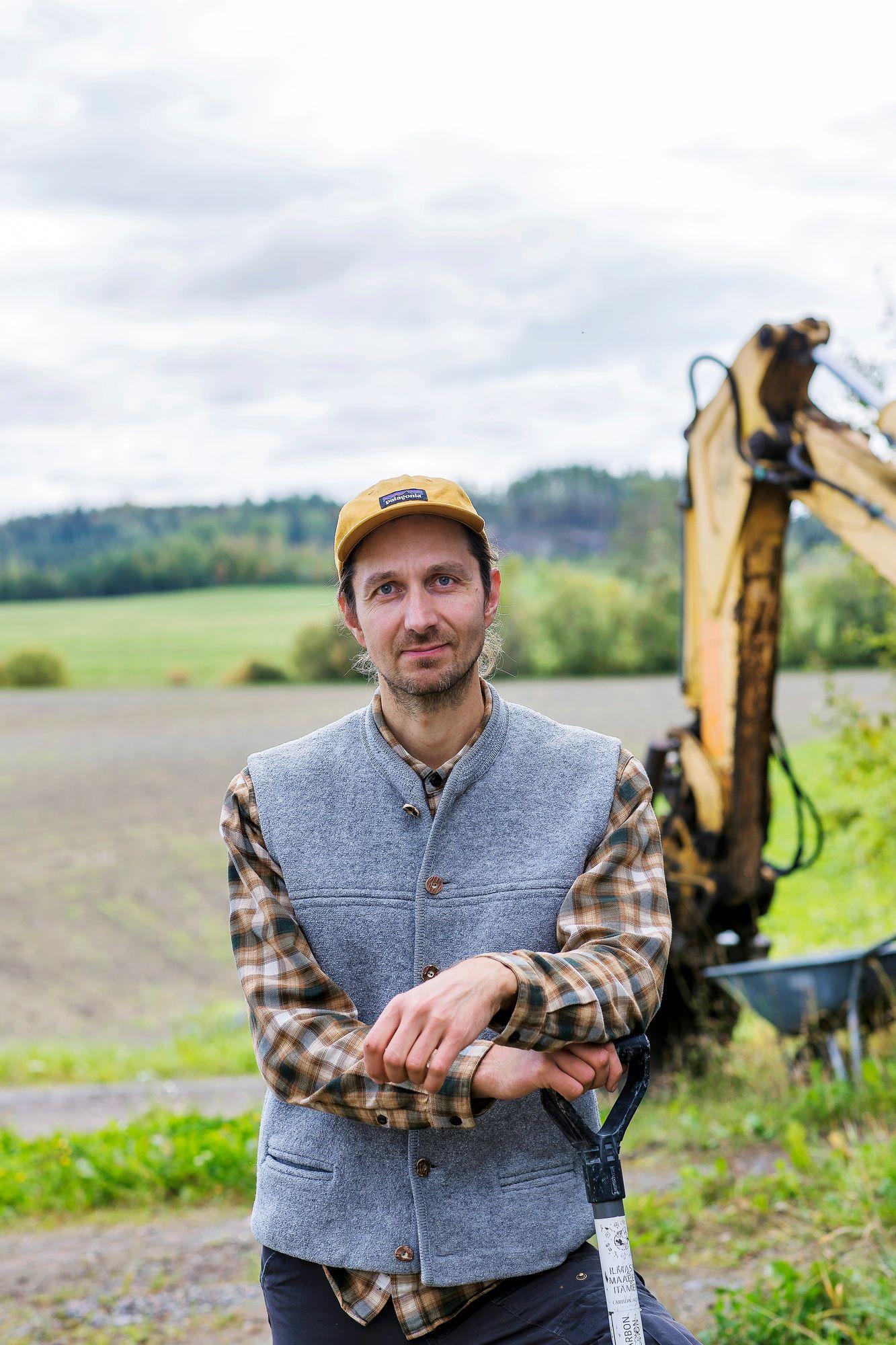 Juuso Joona on sosiaalisessa mediassa ammatistaan ylpeä maanviljelijä. Hän tekee työtään tutkijan otteella, että alalle löytyisi lisää uusia kestäviä tuotantotapoja ja vientivaltteja. © Mikko Nikkinen