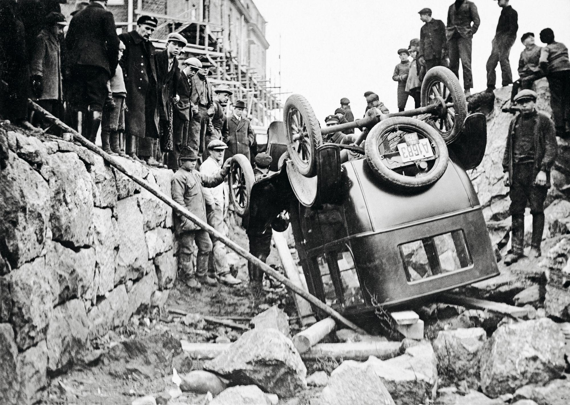 Aikansa kiikkerille automobiileille tyypillinen onnettomuus: nurinmeno Helsingin Fleminginkadulla 31.10.1925. © Otava/Museovirasto