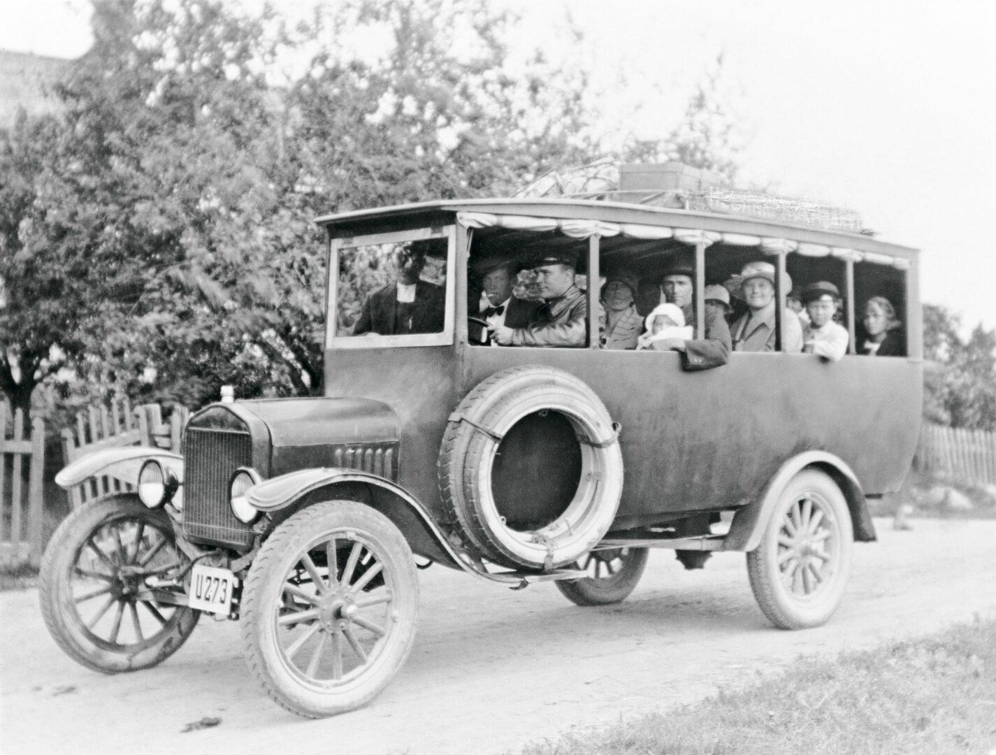 1920-luvun linjurit olivat pieniä ja avoimia. Tällä vietiin matkustajia linjalla Helsinki-Nurmijärvi, kesät talvet. © Museovirasto/OM-arkisto