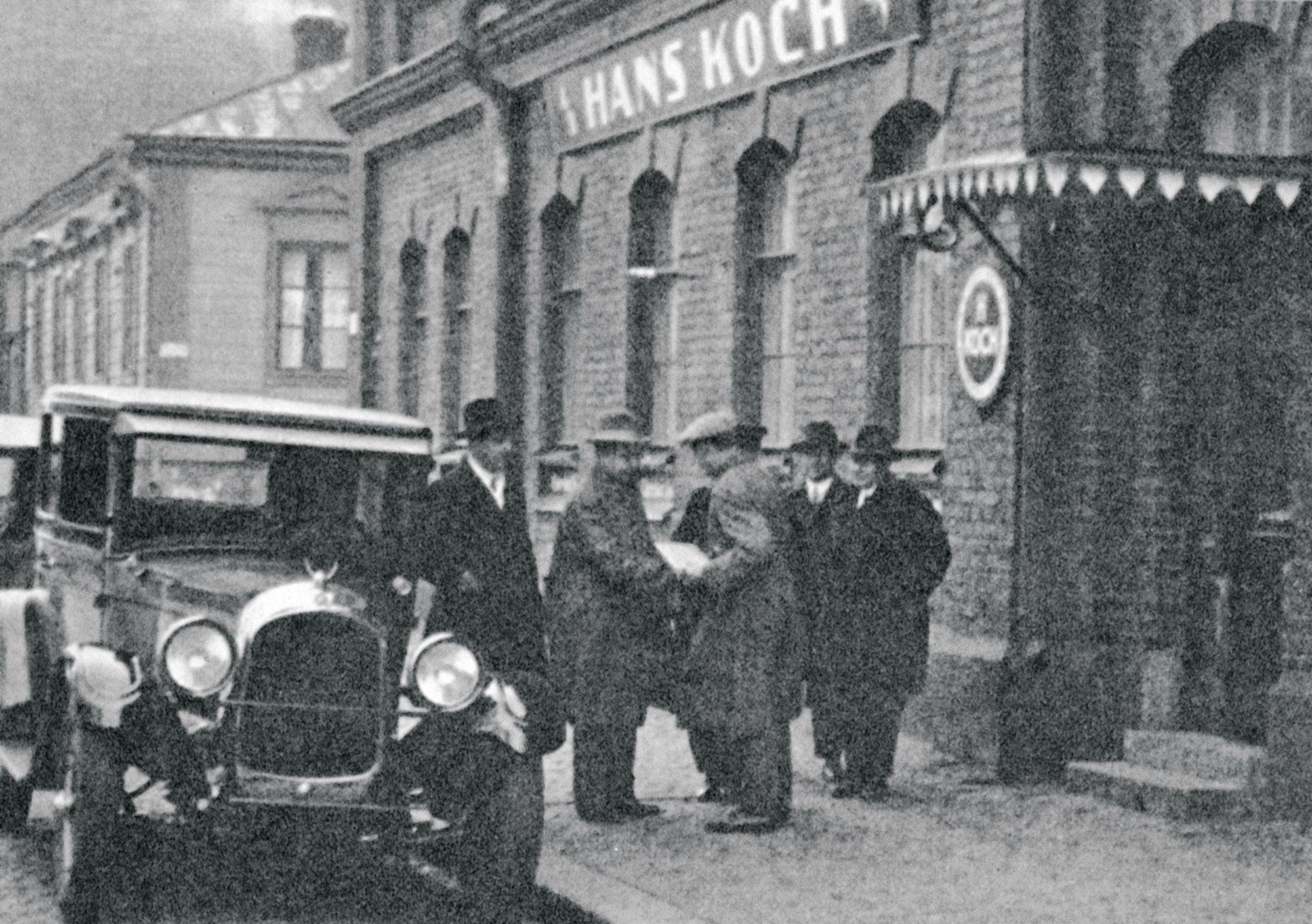 Hans Kochin autoliikkeestä haki vaununsa myös juoksutähti Paavo Nurmi (kuvassa keskellä). © Sulo Kolkan & Helge Nygrénin Paavo Nurmi -kirja