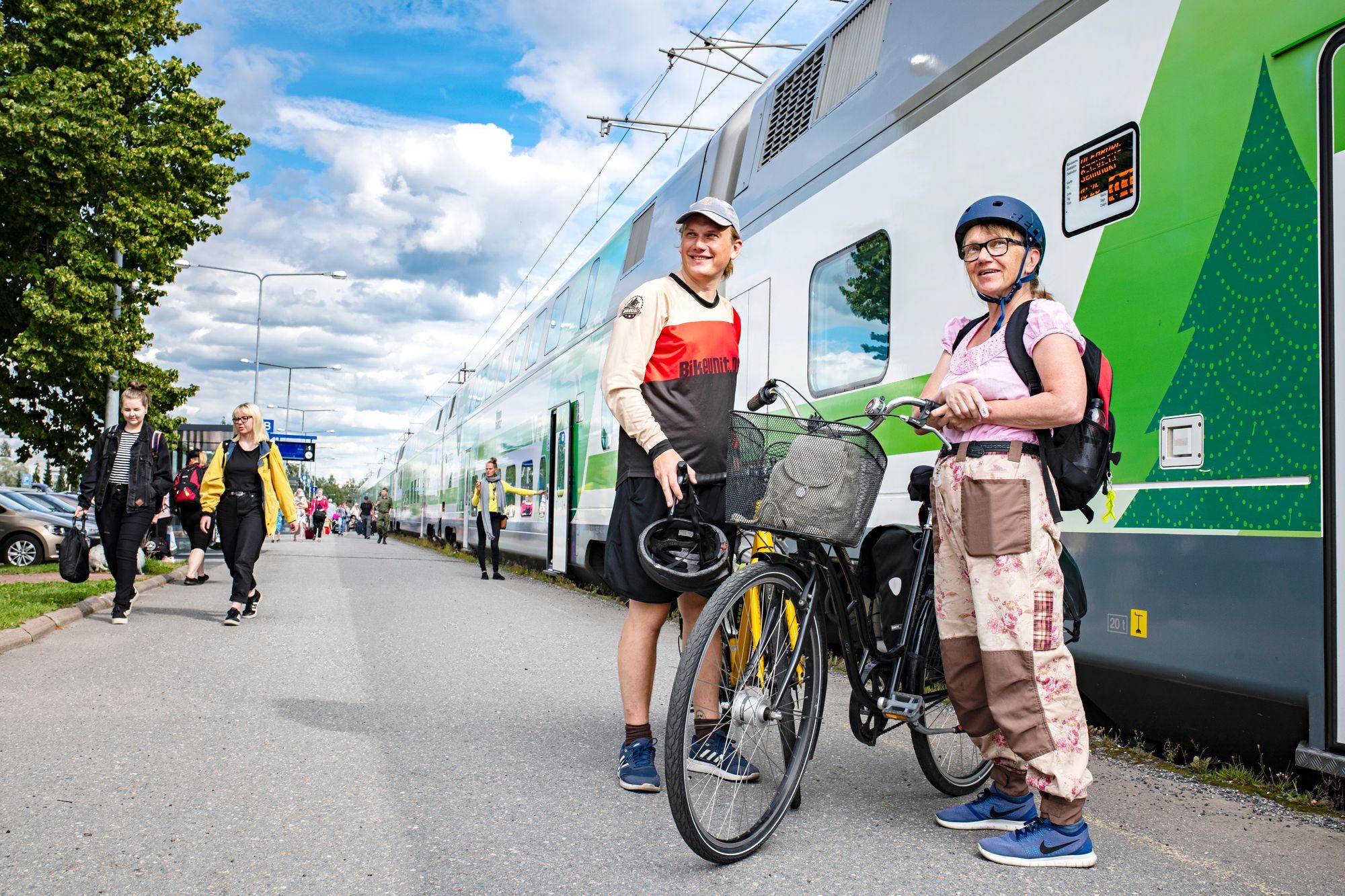 """""""Pyöräpaikkoja on junissa vähän, joten ne kannattaa varata ajoissa"""", tietävät Reija ja Jalmari kokemuksesta. © Päivi Karjalainen"""