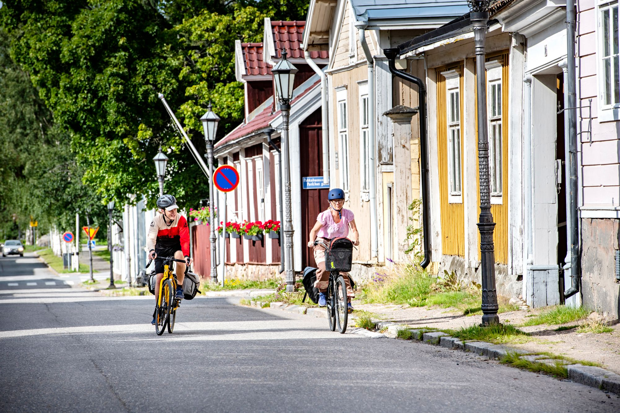Kokkolan vanhan kaupungin eli Neristanin kaduilla on rauhallista pyöräillä. © Päivi Karjalainen