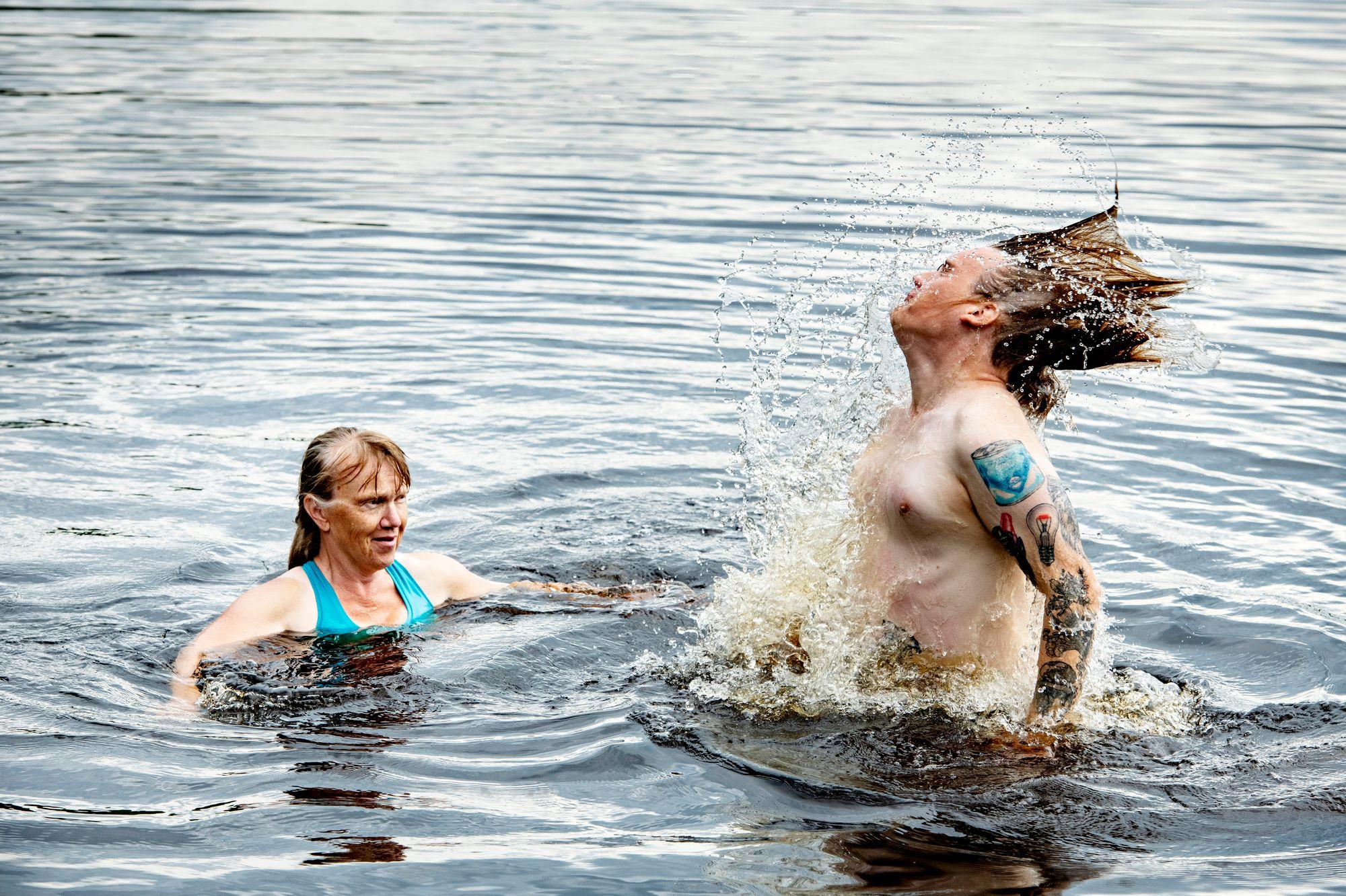 Uimapaikka Korpelan padon luona on jo lapsuudesta rakas sekä Reijalle että Jalmarille. © Pᅢᄂivi Karjalai