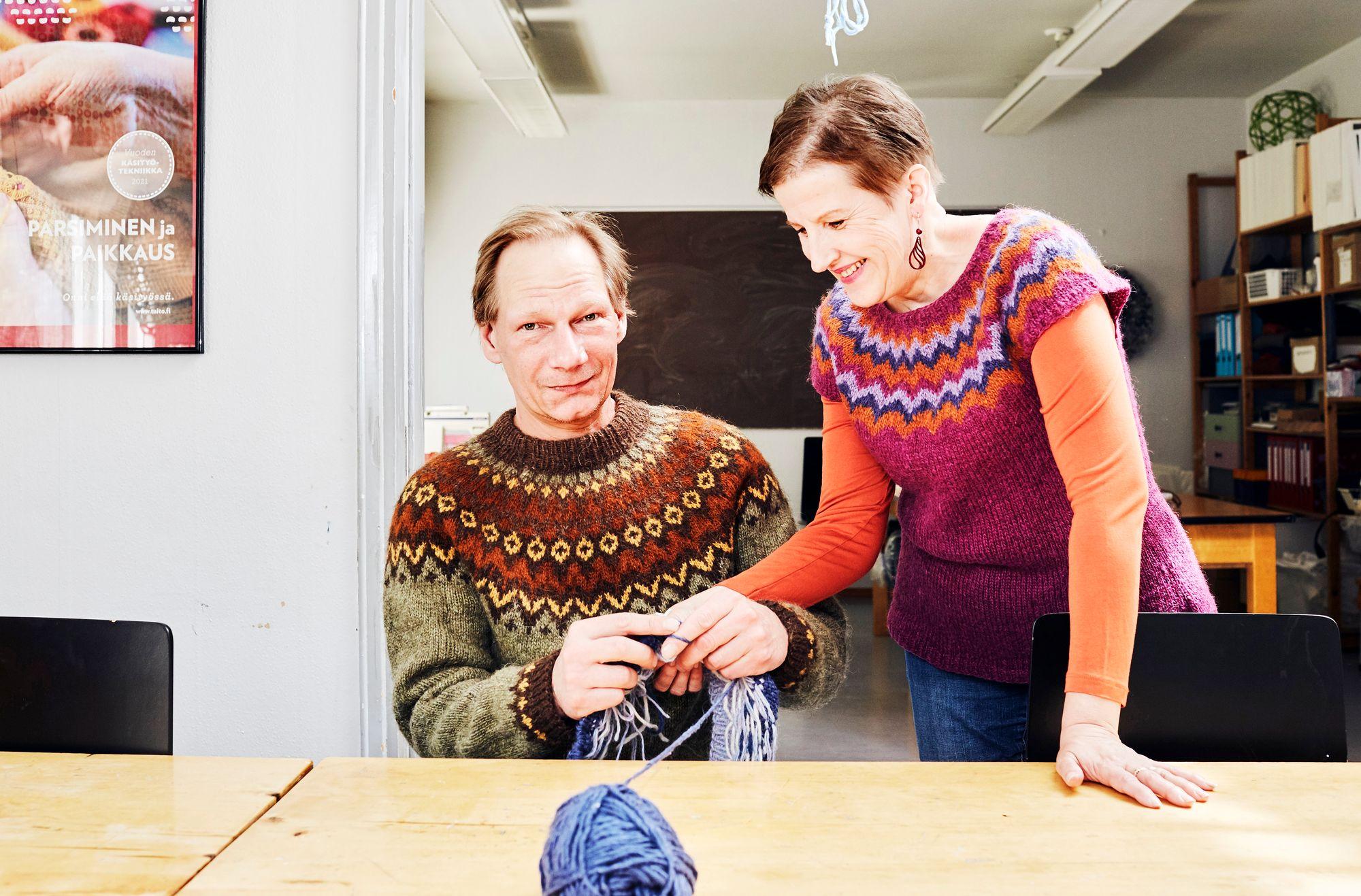 Kudontaneuvoja Terhi Naskali on opastanut Jarkko Mäkipään neulomisen saloihin. © Sara Pihlaja