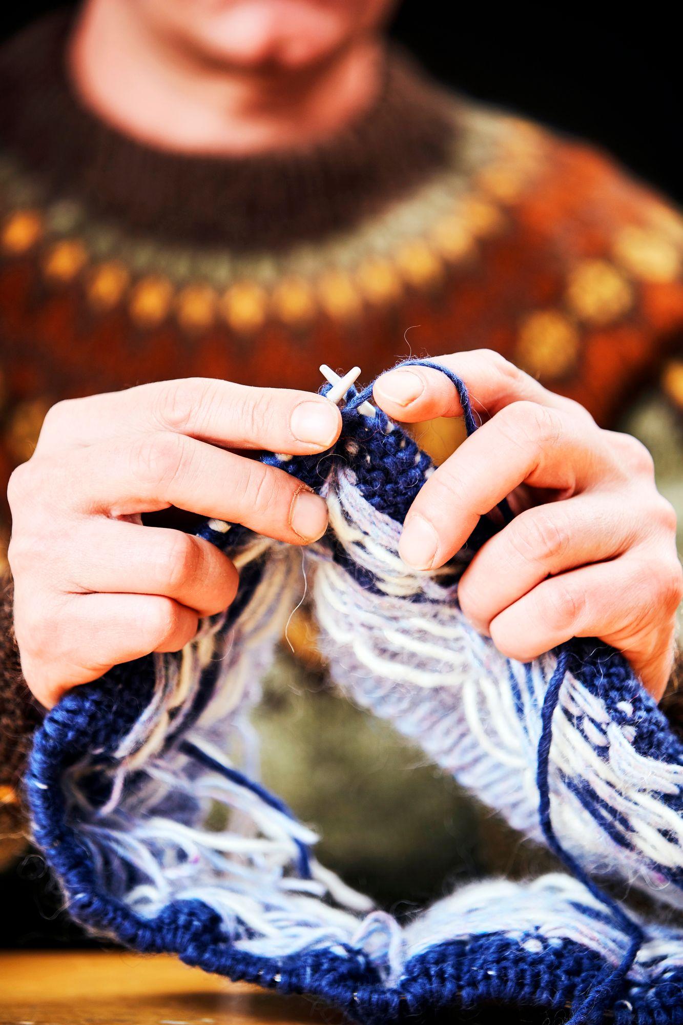 Jarkko Mäkipään islantilaisneuleet on tehty alkuperäisellä islantilaisten lampaiden villasta tehdyllä langalla. Islantilaisneuleista on tullut niin suosittuja, että välillä mieleistä värisävyä on pitänyt odottaa tai ohjeen kuviosävyä vaihtaa. © Sara Pihlaja 2021