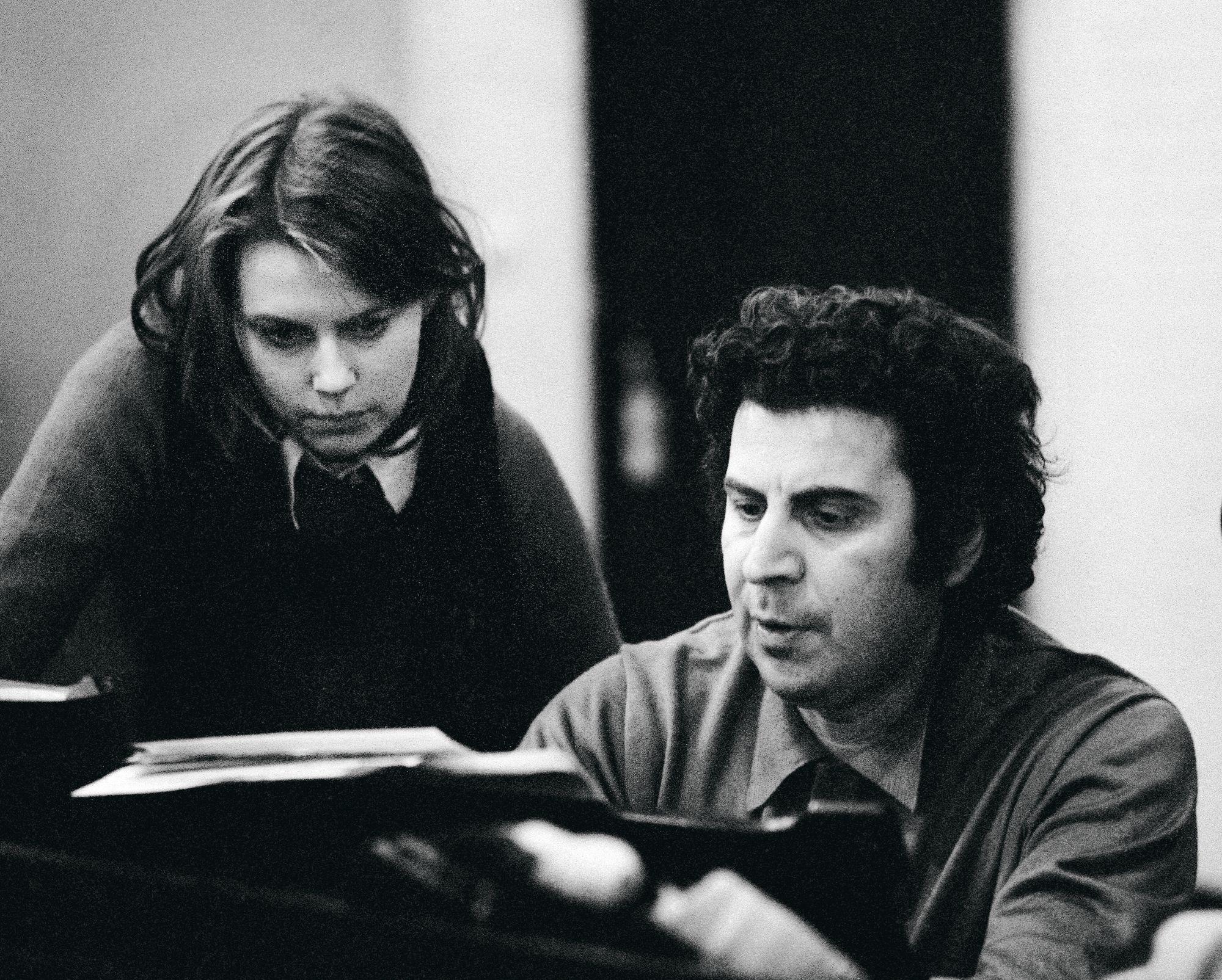 Kreikkalainen säveltäjä-kapellimestari Mikis Theodorakis muutti nuoren Arja Saijonmaan elämän. Kuvassa he harjoittelevat konserttia varten vuonna 1972. © Lehtikuva