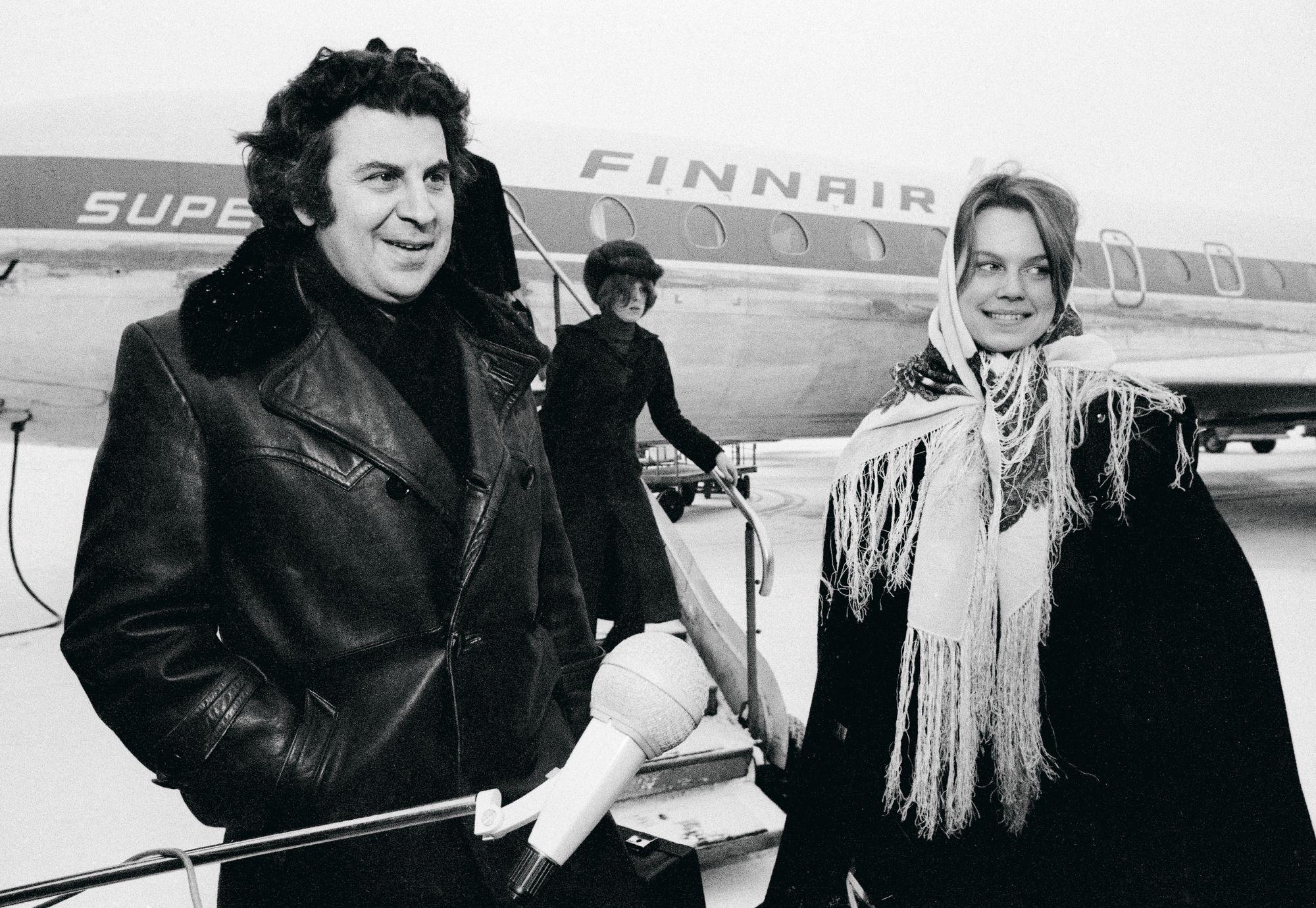 Mikis Theodorakisin matkassa Arja Saijonmaa pääsi konsertoimaan niin Australiaan kuin Etelä-Amerikkaankin. Kuva vuodelta 1972. © Lehtikuva
