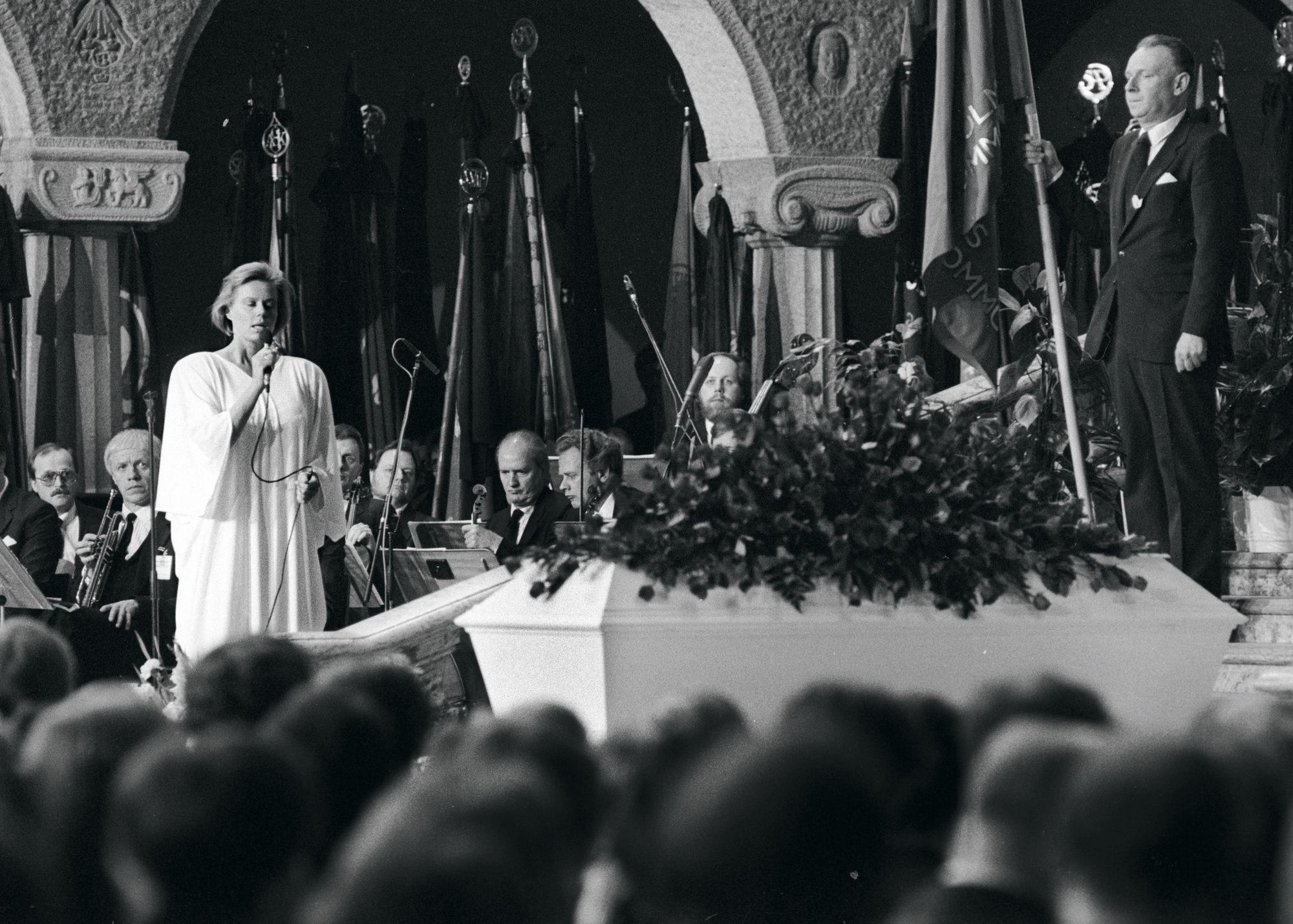 Arja Saijonmaan ura lähti lentoon Ruotsissa. Hän esiintyi muun muassa pääministeri Olof Palmen hautajaisissa vuonna 1986. © Lehtikuva