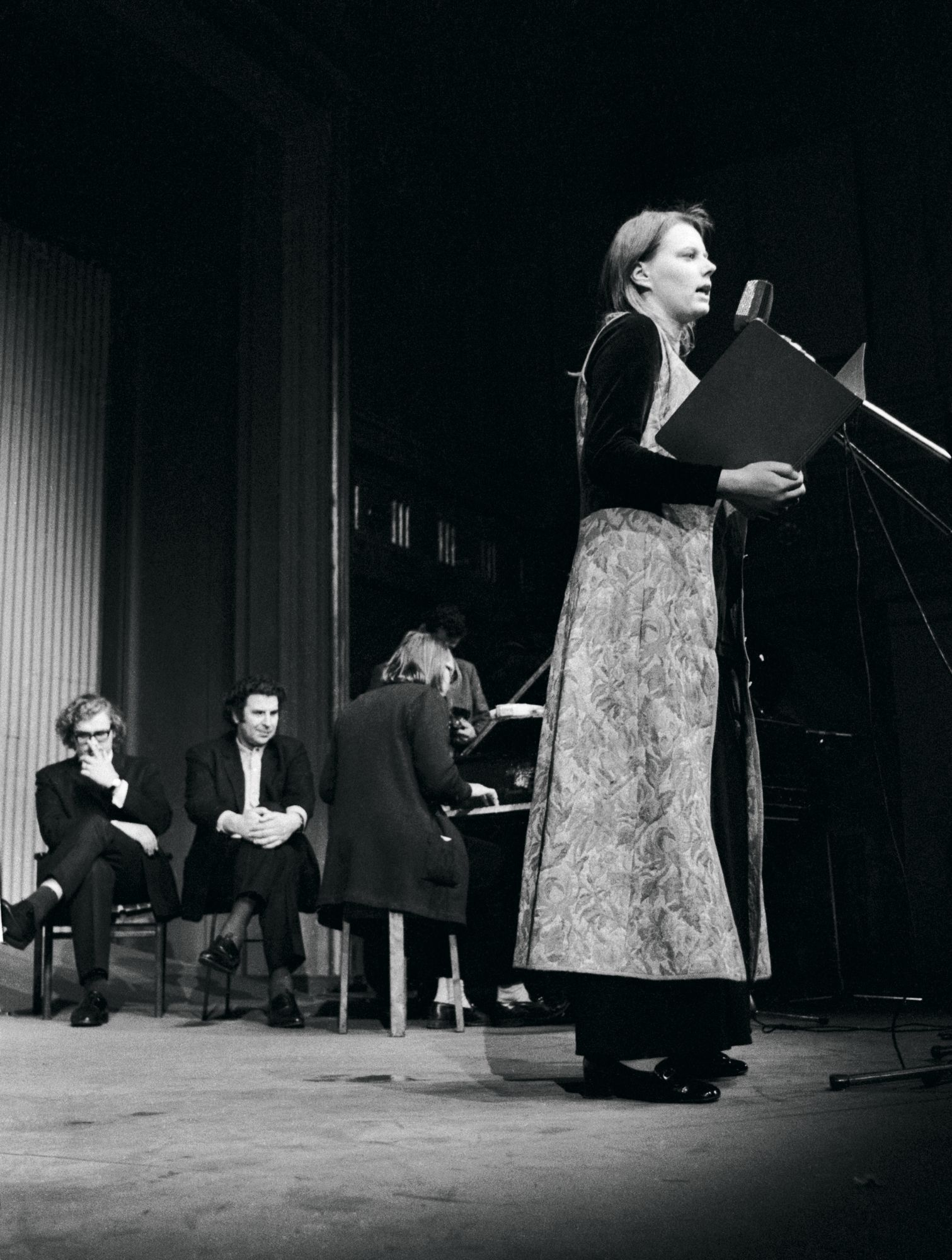 Arja Saijonmaa ja Mikis Theodorakis konsertoivat Vanhalla ylioppilastalolla Helsingissä 16. marraskuuta 1970. © Lehtikuva
