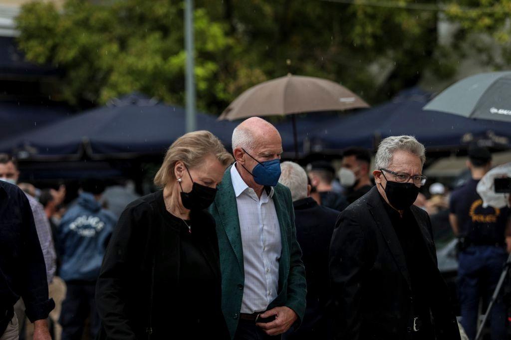 Kreikan entinen pääministeri Georgious Papandreou (keskellä) kutsui Arjan Mikiksen hautajaisiin. Mukana oli myös turkkilainen säveltäjä ja ihmisoikeusaktivisti Zülfü Livaneli (oik). © Saijonmaan kotialbumi
