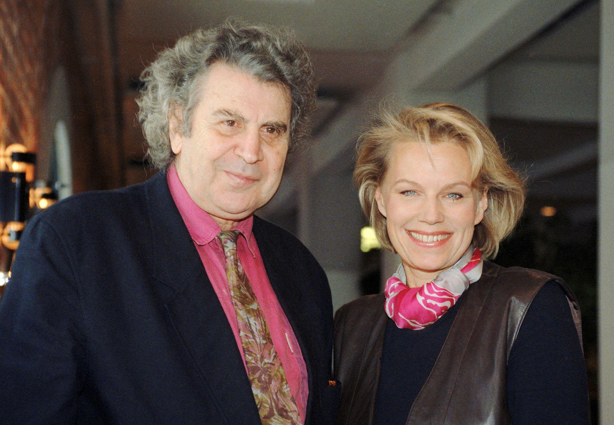 Tammikuussa 1993 Mikis Theodorakis ja Arja Saijonmaa kuvattiin yhdessä Helsingissä hotelli Grand Marinassa. © Lehtikuva