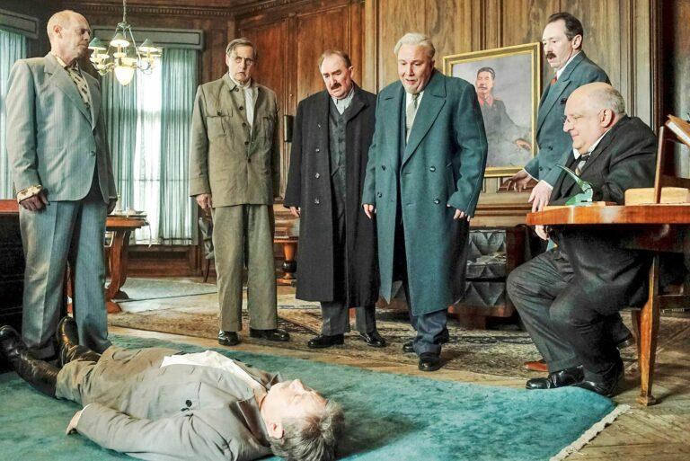 Stalinin lähipiiri (Steve Buscemi, Jeffrey Tambor, Dermot Crowley, Paul Chahidi, Paul Whitehouse ja Simon Russell Beale) pohtii, miten tulisi menetellä. © Ylen kuvapalvelu