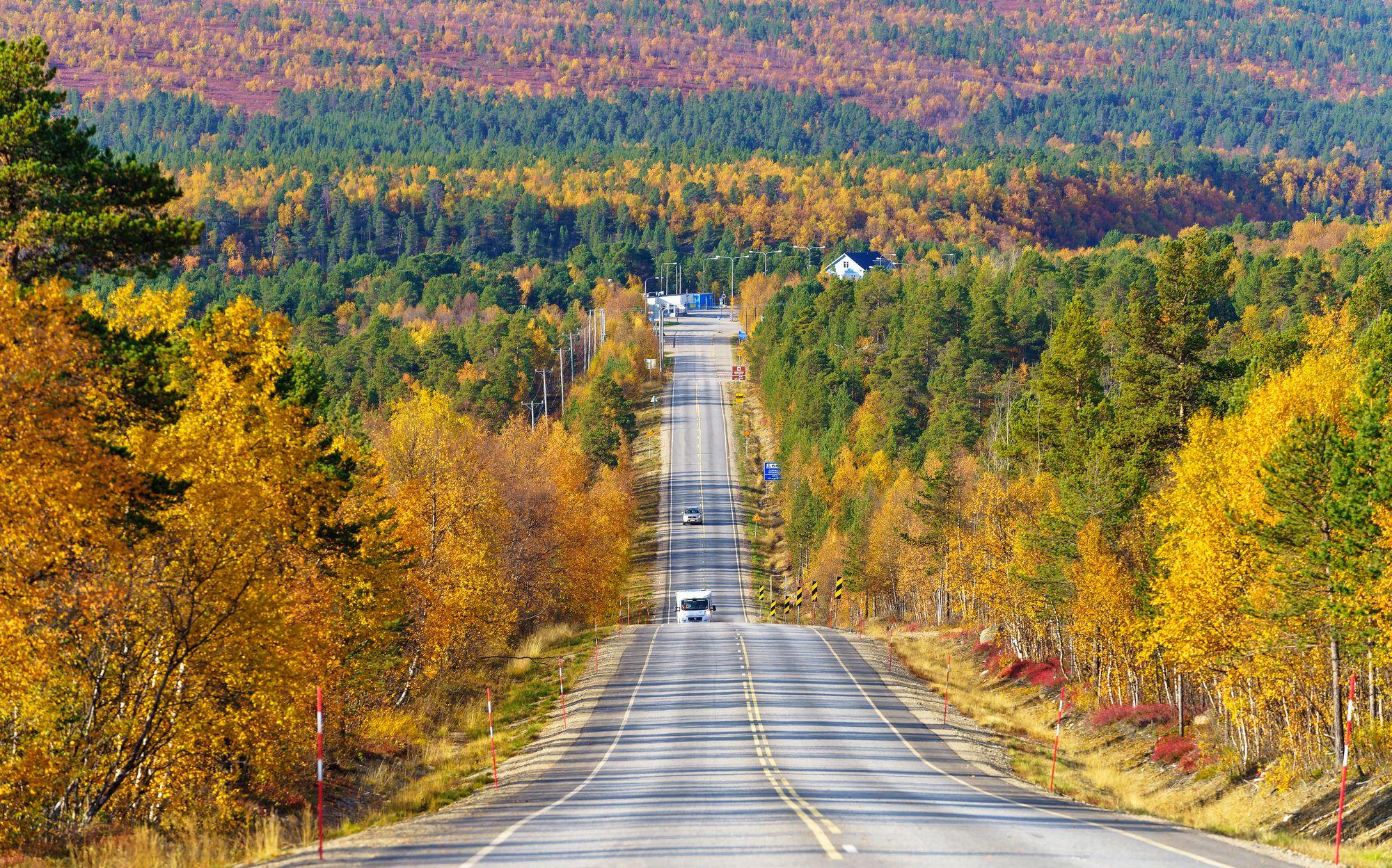 Tenontie alkaa Karigasniemen rajakylästä kylästä ja päättyy sata kilometriä joen vartta kiemurreltuaan Utsjoelle. © Juha Kauppinen