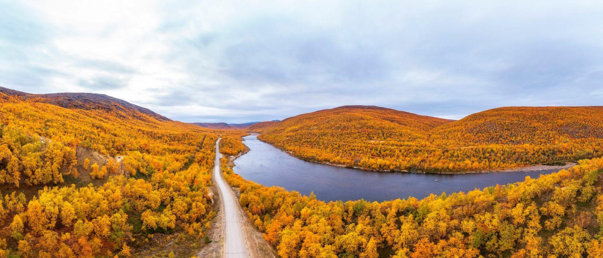 Tenontie lumoaa erityisesti ruska-aikana. Puiden lehdet ovat kuin taidemaalareiden väripaletista. © Juha Kauppinen