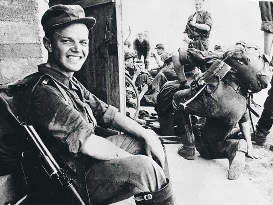 """Nuori Paavo Castrén, RUK:n oppilaskunnan varapuheenjohtaja jaksaa """"Kirkkiksen"""" jälkeen vielä hymyillä. Marssin päätteeksi he hakivat nestehukkaansa kaupasta ykkösolutta."""