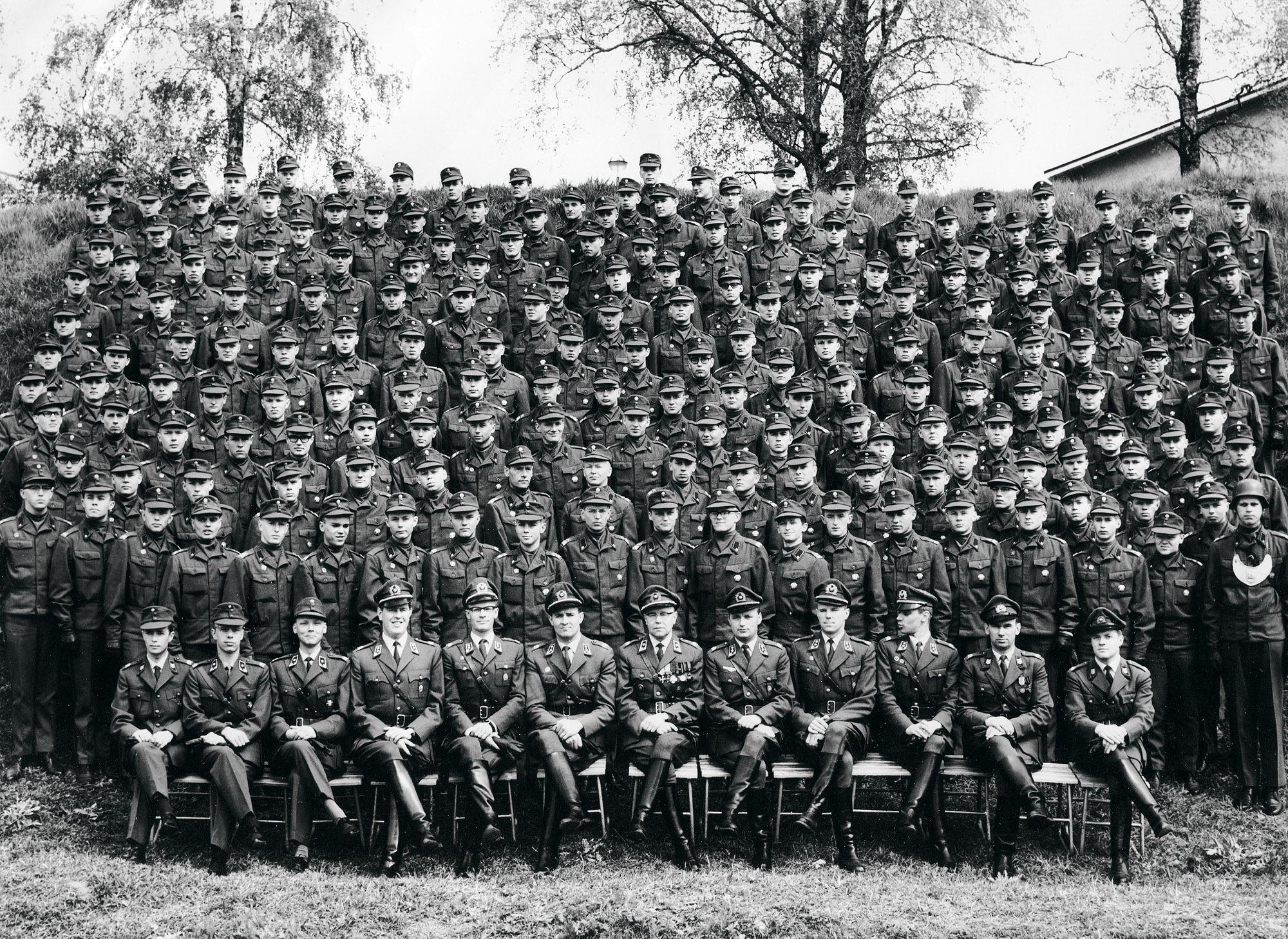 RUK-kurssi päättyi 23.7.1965. Valtion vuoden alussa aloittamien säästötoimenpiteiden vuoksi saapumiserän asepalvelusta lyhennettiin 30 vuorokaudella, joten kurssilaiset kotiutuivat 9. elokuuta. © Lipsasen kotialbumi