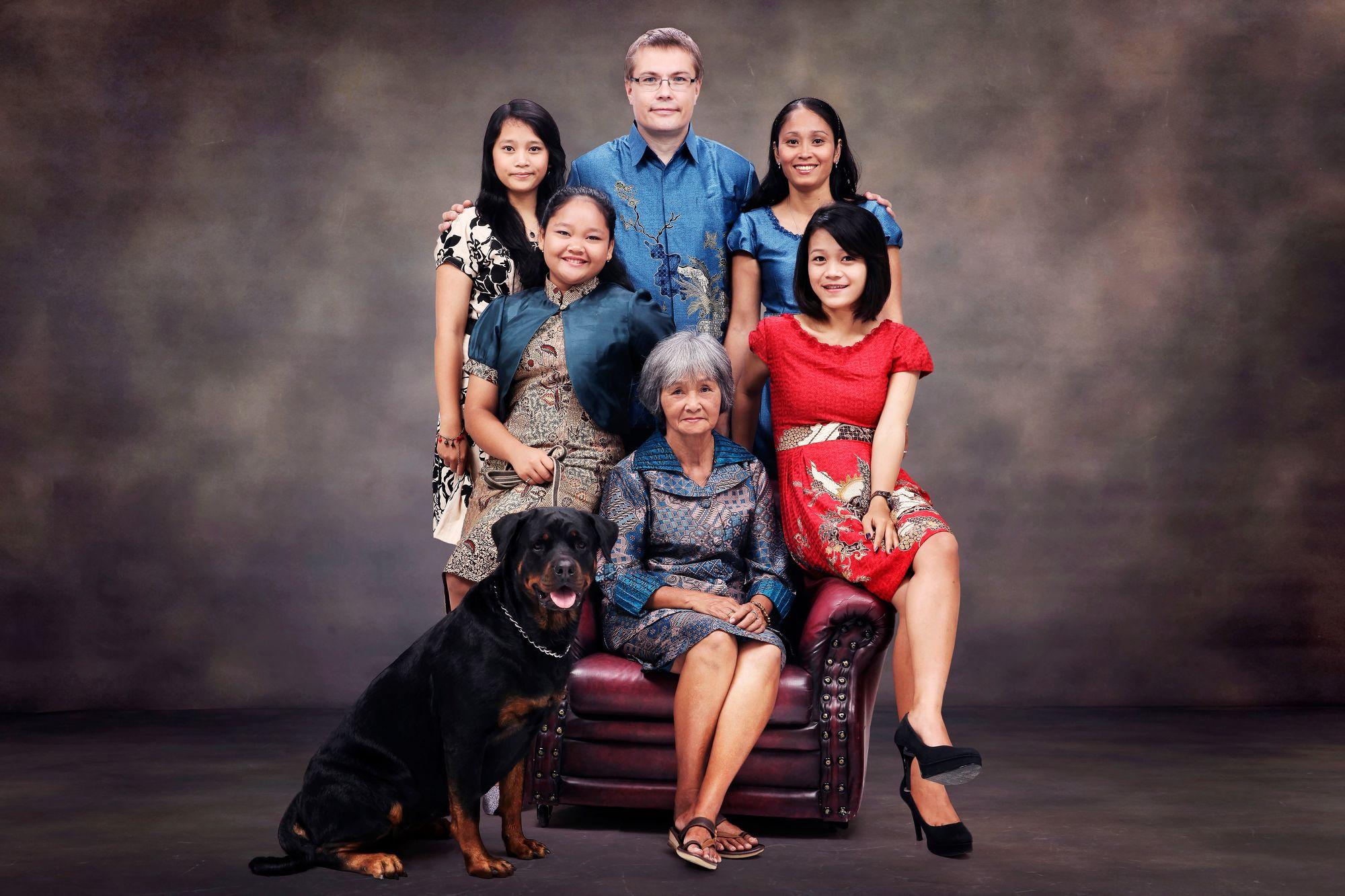 """""""Indonesian perhe on ainut perhe, joka minulla on aikuisiällä ollut. Kuvassa vaimoni Patricia (oik. kainalossani) sekä hänen tyttärensä, äitinsä ja koiramme."""" © Harri Skaffarin kotialbumi"""