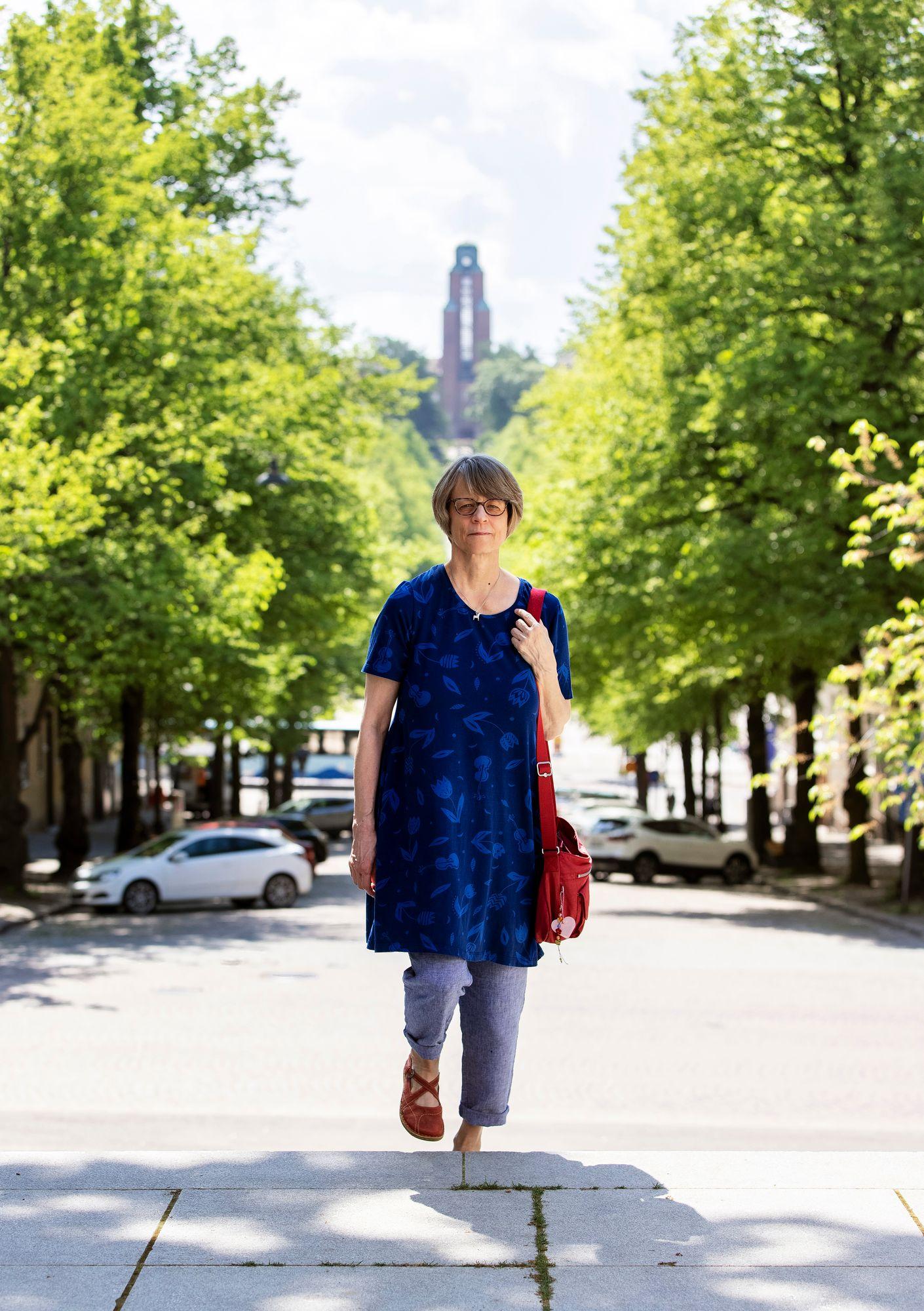 """Kanadasta Lahteen muuttanut Anna Sirén iloitsee kotitalonsa värikkäästä pihapiiristä ja läheisestä rantabulevardista. """"Kaipasin Kanadassa järviä ja merta"""". © Tommi Tuomi"""
