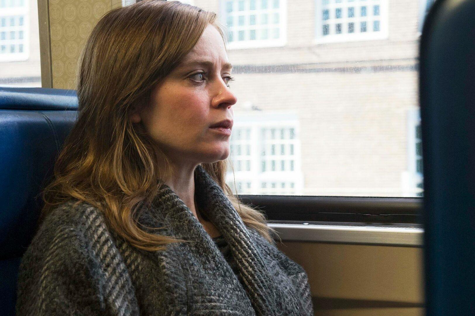 Emily Blunt tavoittaa alkoholisoituneen ja yksinäisen Rachelin surkeuden. © Sub