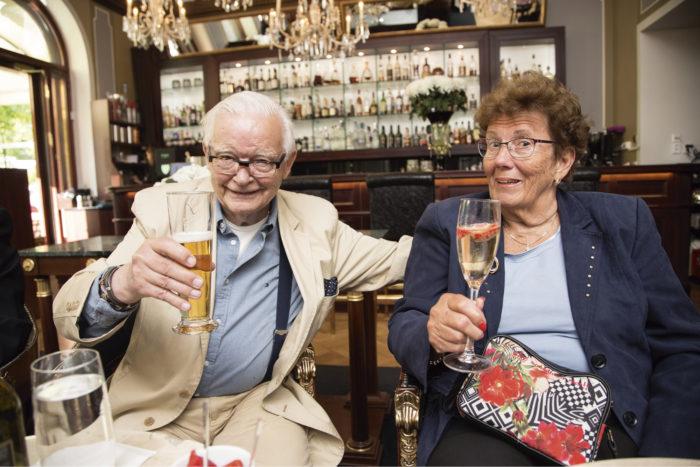 """Kippis! Per Dahl ja MielikkiSimelius nostivat maljat Kämpin baarissa ja muistelivat menneitä. """"Olen iloinen, että tulin Suomeen"""", Dahl sanoi."""