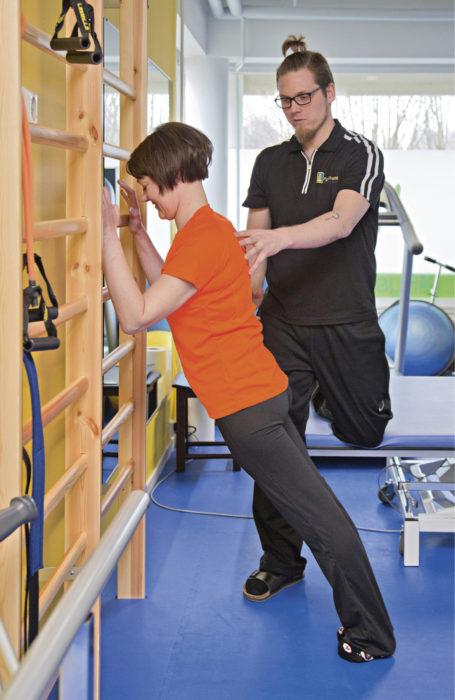 Johannan selkärankaa jäytää halvauksen jälkitila. Hän käy kahdesti viikossa fysioterapeutti Jari Tikkasen luona.
