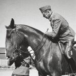 Ylipäällikkö Mannerheim lepuutti kesäkuun kuumina päivinä 1944 hermojaan päivittäisillä ratsastuslenkeillä.