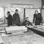 Alaistensa ympäröimä Aksel Airo piti päämajassa käsissään tärkeitä operaatiolankoja.