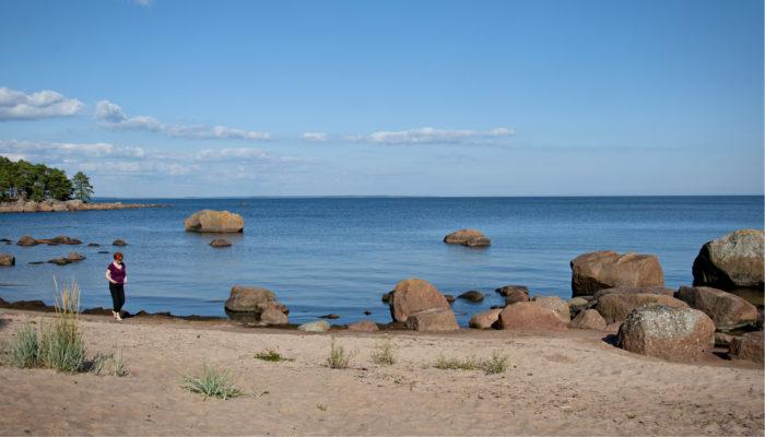 Kaunissaaren hiljaiset rannat houkuttelevat ihastelemaan merta.