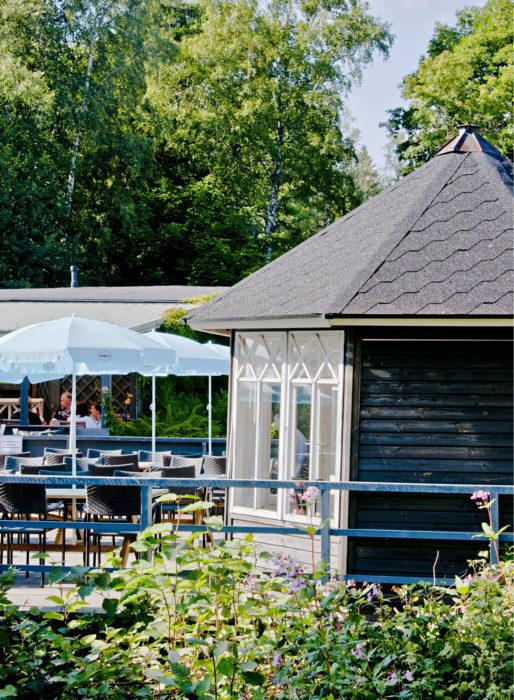 Saaren ravintolan terassilta on merinäkymät.