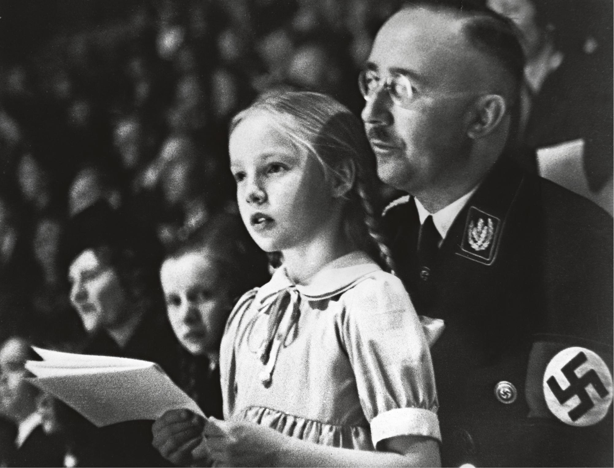 Himmler tyttärensä kanssa. Felix Kersten tuli tunnetuksi Himmlerin entisenä hierojana.
