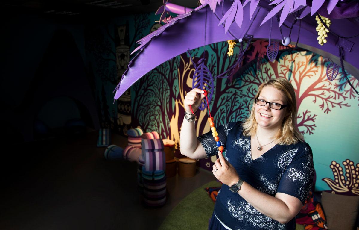 Aina välillä  Jonna Kangas  vetäytyy  violetin puun alle tyynykasaan kirjoittamaan tutkimuksiaan.