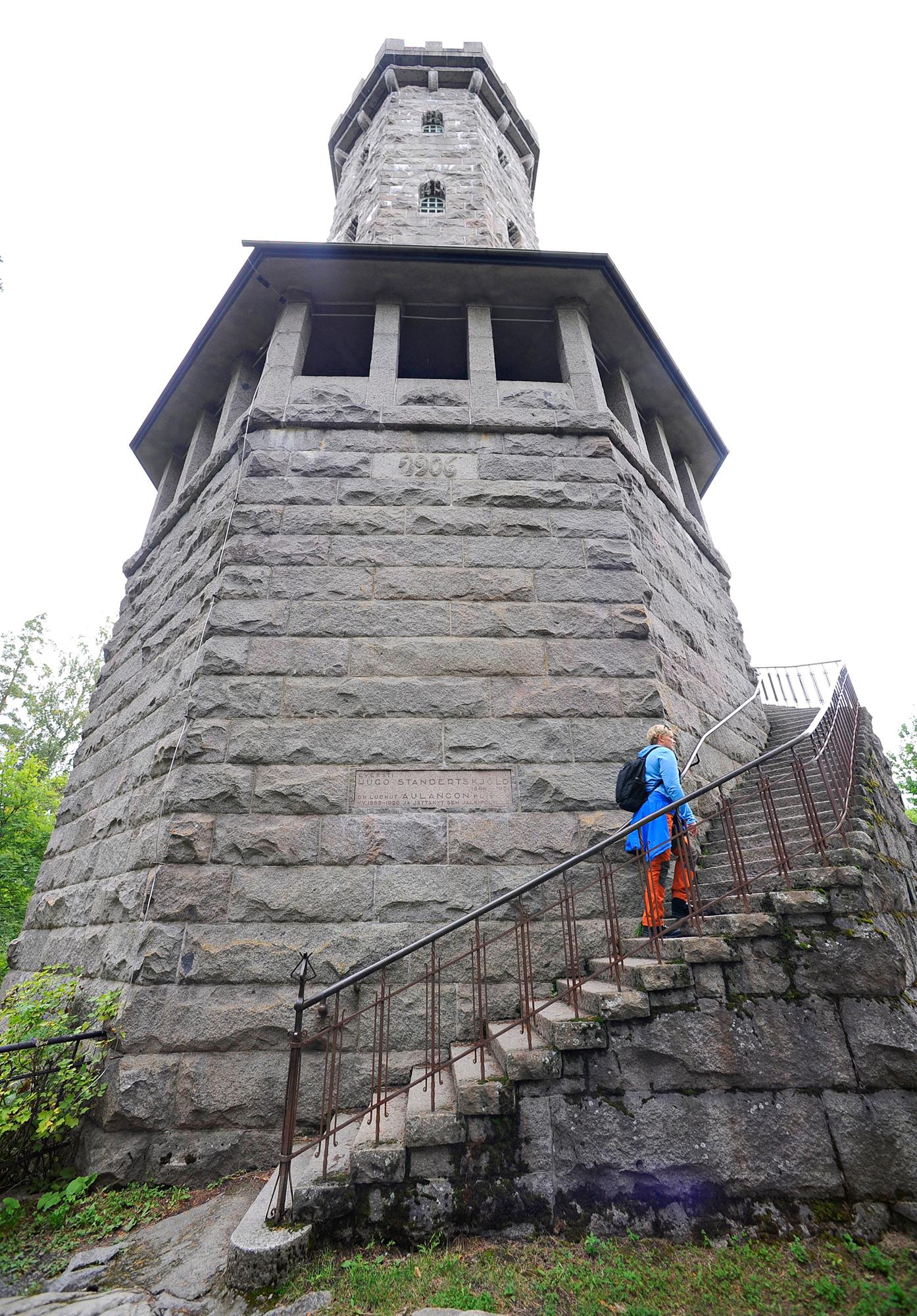 Ritarilinnan tornia mukaileva graniittinen näkötorni valmistui vuonna 1906.