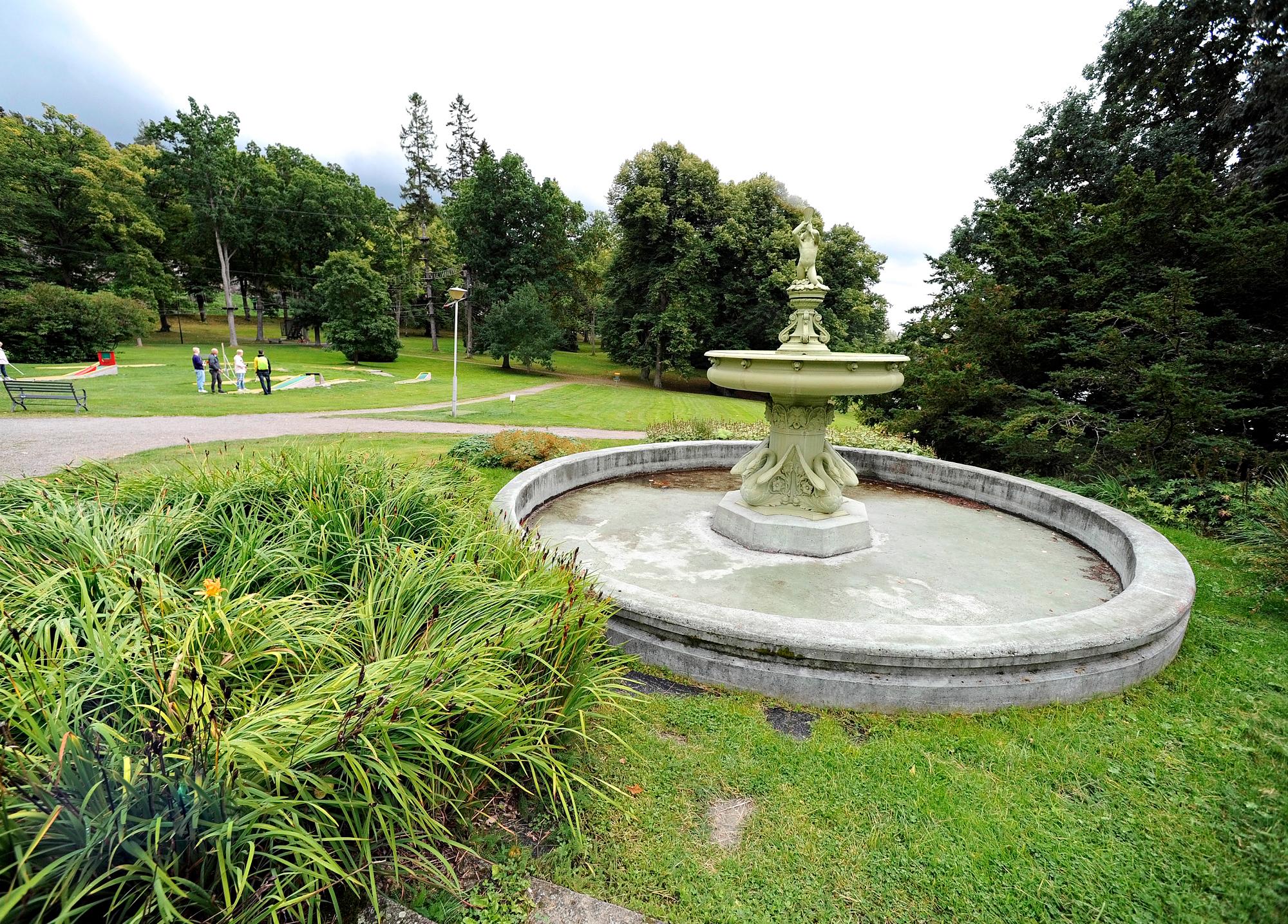 Suihkulähde on muisto loistokkaasta historiasta. Tänä päivänä entisen Karlbergin puistossa voi harrastaa minigolfia ja kiipeillä
